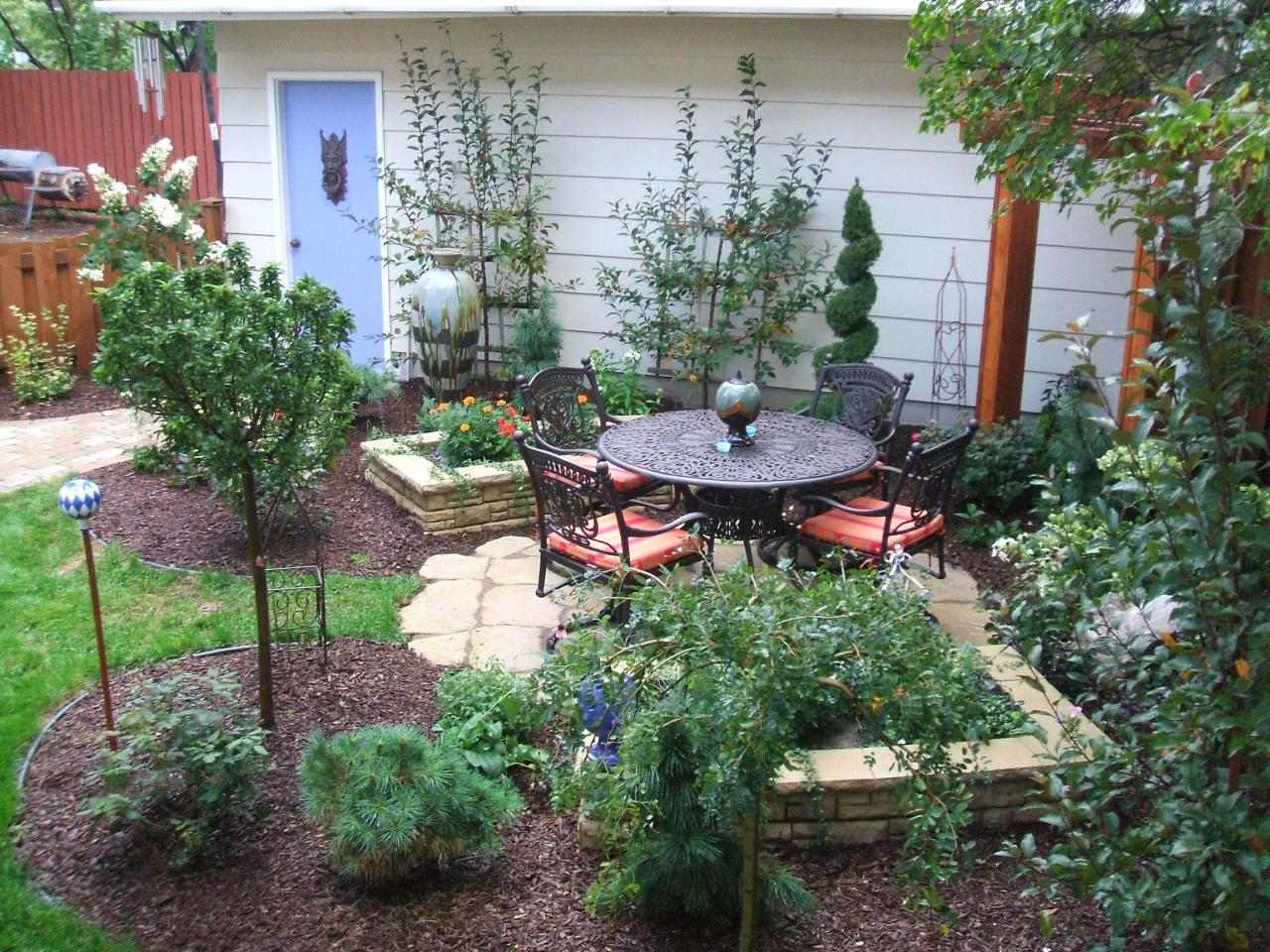 Small yards big designs diy for Garden designs for small spaces