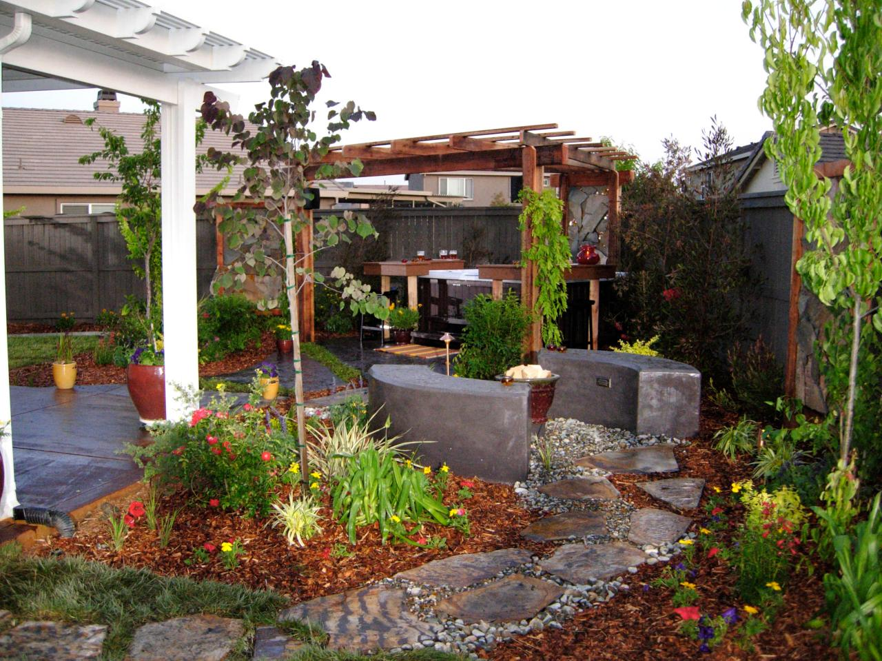 Beautiful backyard makeovers diy landscaping landscape for Patio landscaping