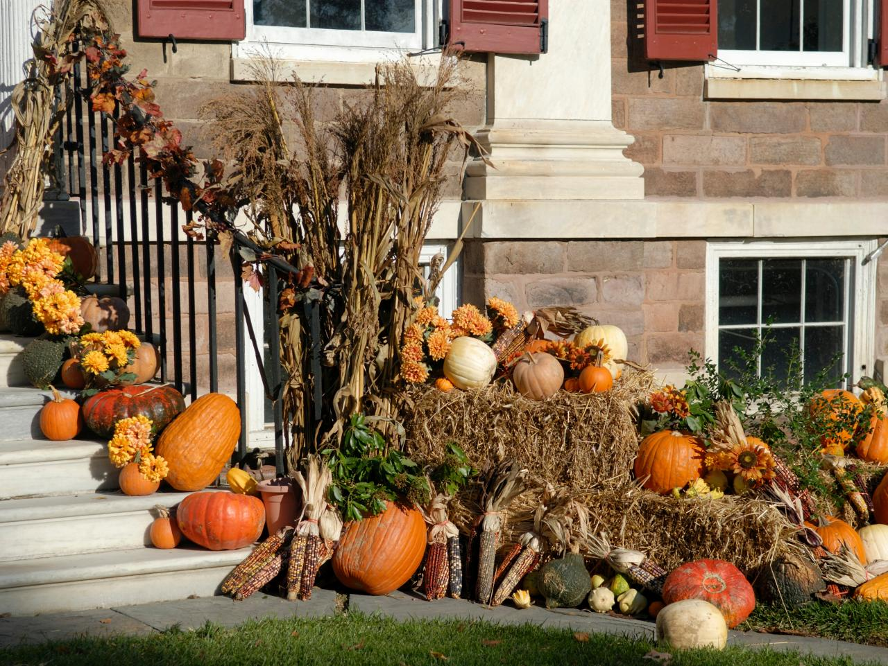 Fall decorating for the front yard diy landscaping for Front yard decorating ideas