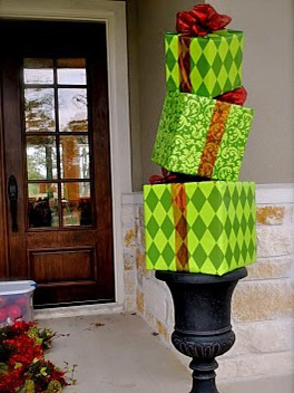 10 christmas door decorations diy for Door design accessories