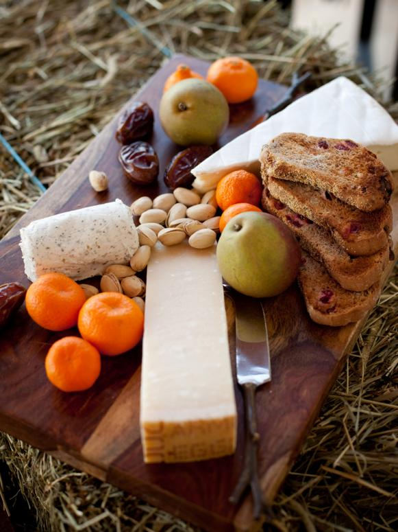 CI-She-n-He-Photography_Rustic-Wedding-Cheese-board_s3x4