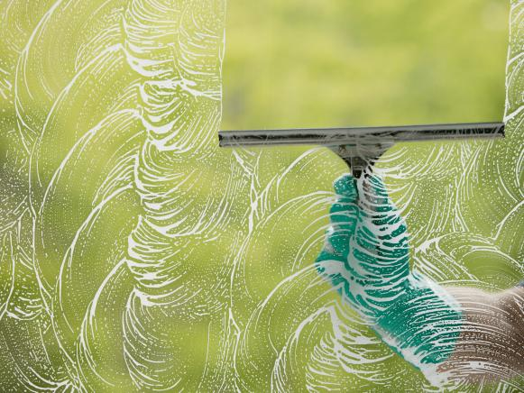 TS-78435998_squeegee-washing-windows_s4x3