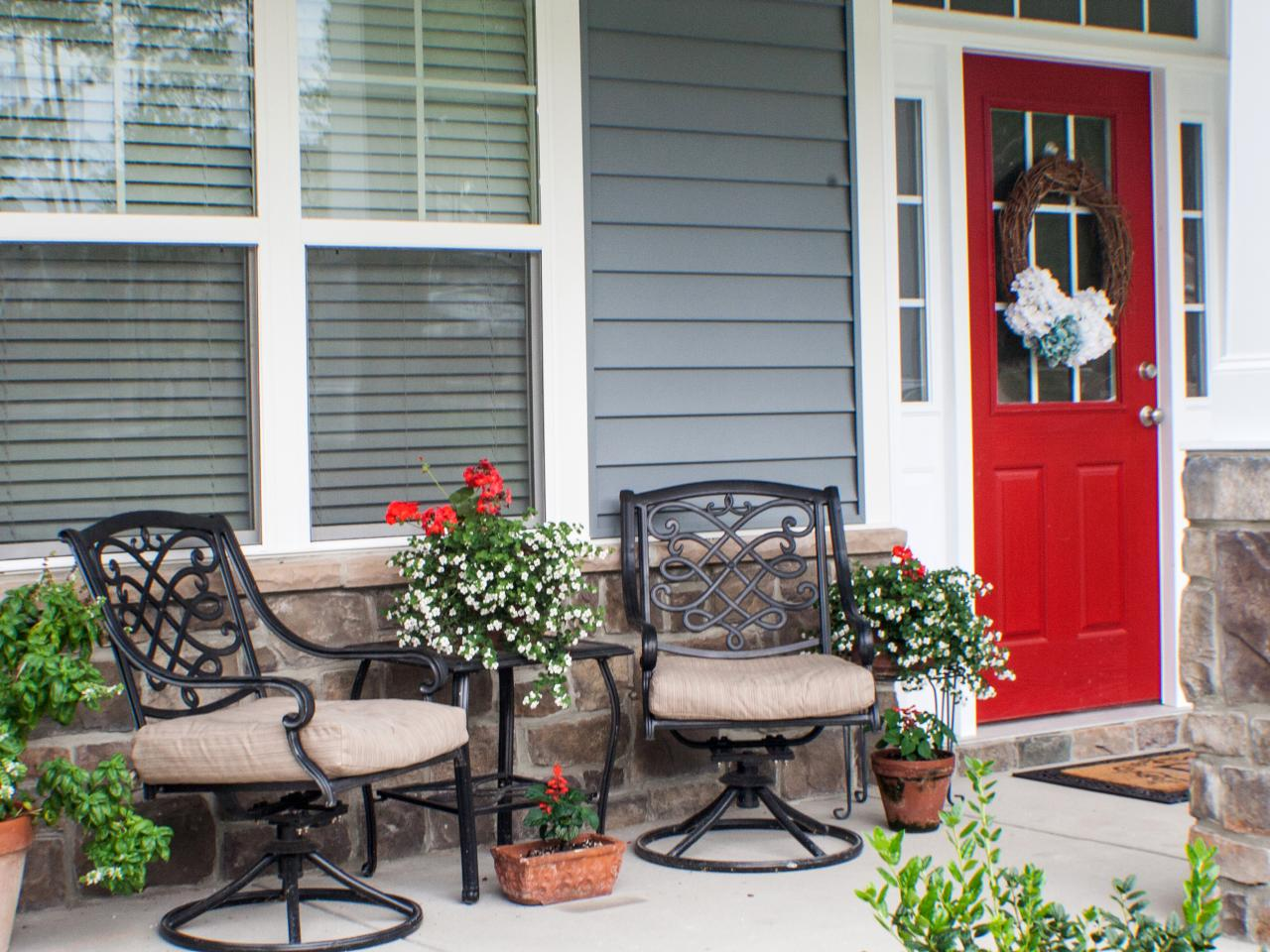 Front porch decorating ideas from around the country diy for Outdoor furniture for small front porch