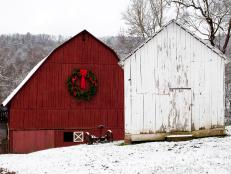 CI-Blackberry-Farms_wreath-on-barn_s4x3