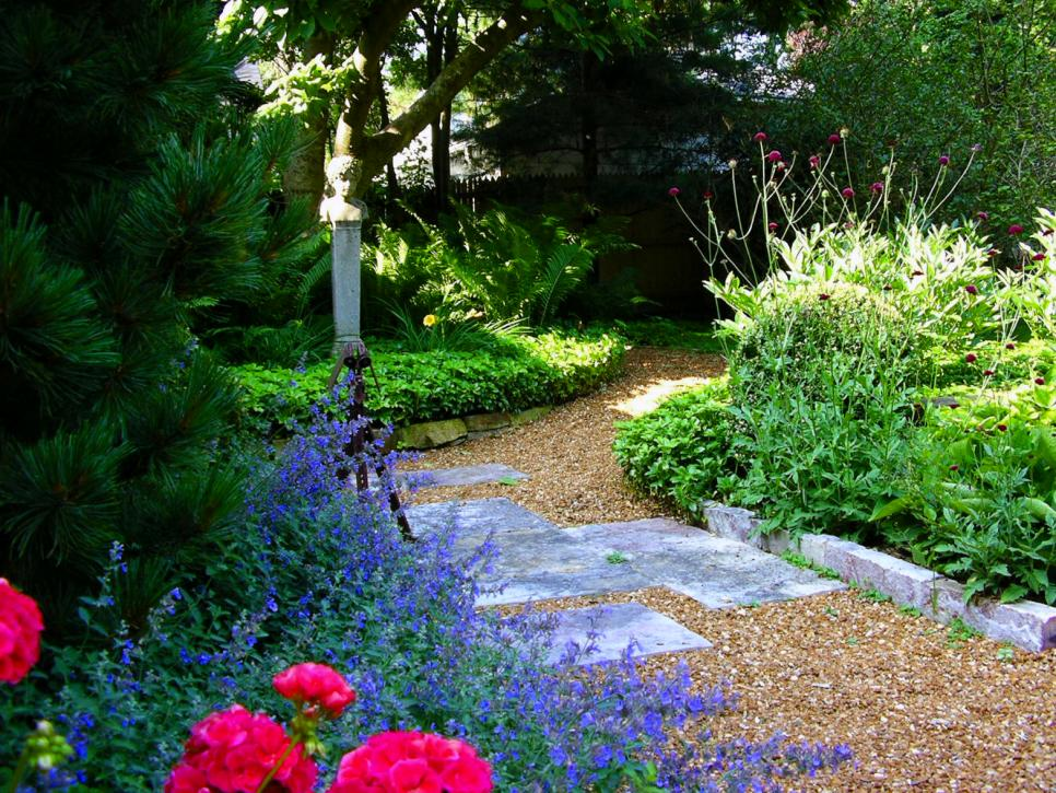 Pictures of garden pathways and walkways diy for Beautiful garden ideas