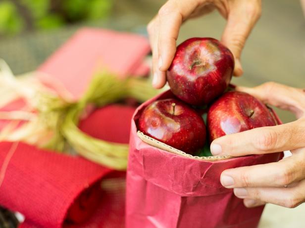 Original-Fruit-Centerpiece_stack-apples-in-bag-Step7_4x3