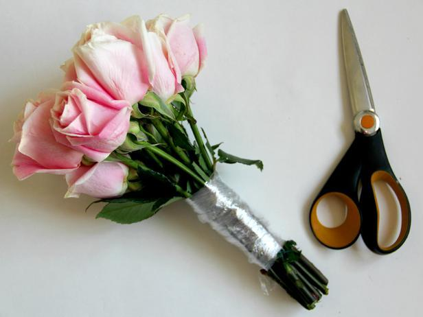 CI-Jess-Abbott_wedding-bouquet-pink-roses-plastic-wrap-step2_h