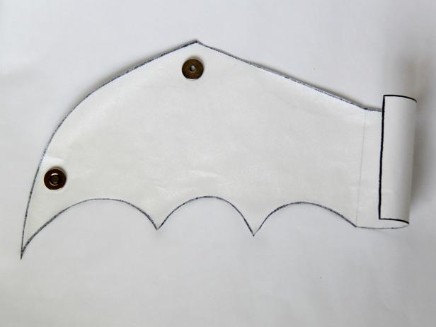 CI-Carla-Wiking_Halloween-dog-costume-bat-wings-cut-wing-step2_h