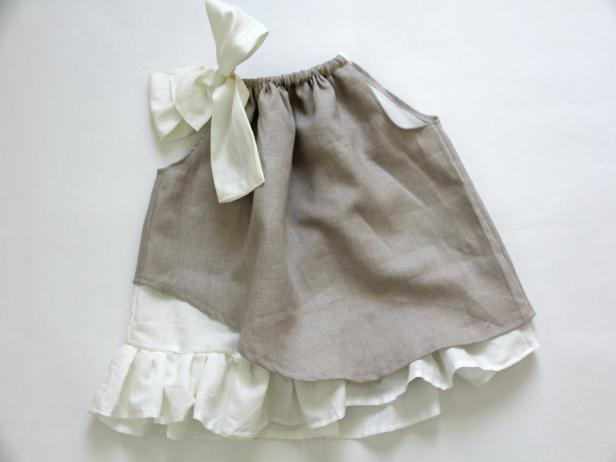 CI-Jess-Abbott_rustic-flowergirl-dress-tying-bow-in-drawstring18_h
