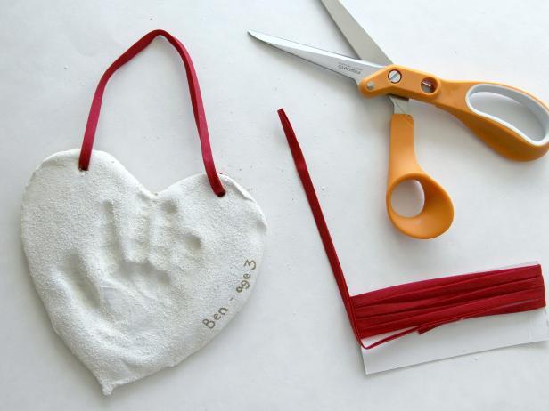CI-Jess-Abbott_Christmas-ornament-salt-dough-hand-print-poke-ribbon10_h