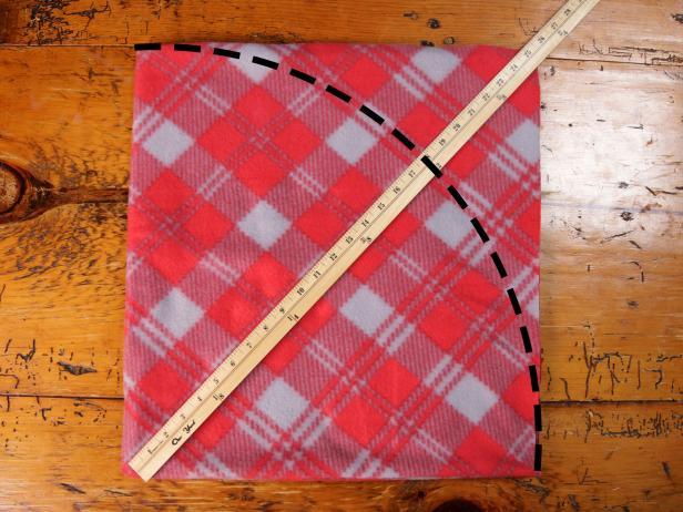 Original-617Media_No-Sew-Dog-Bed-mark-circle-step2_h