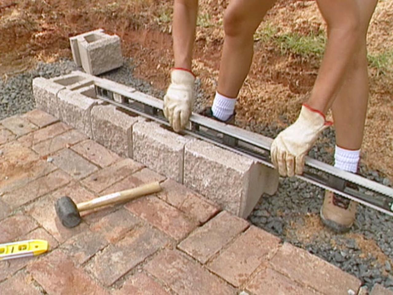 How to build a block retaining wall how tos diy for How to build a concrete block wall foundation