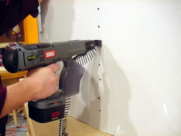 screwgun uses strip of screws to save time