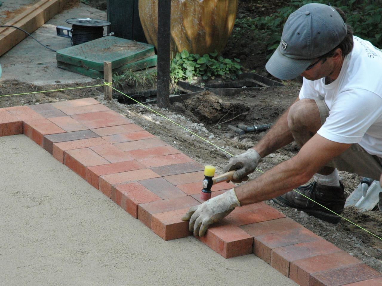 How to lay a brick paver patio how tos diy step 4 solutioingenieria Choice Image