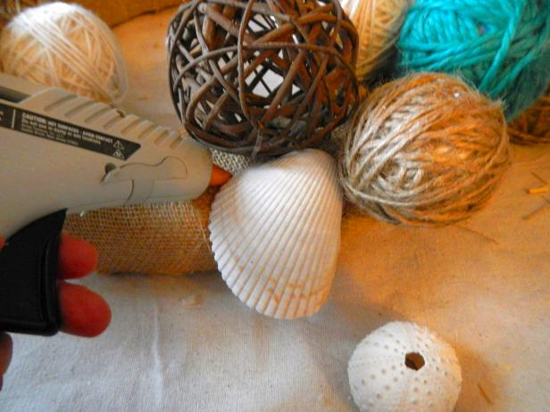 Original_Yarn-ball-wreath_glueing-shells_s4x3