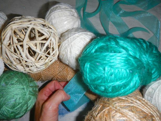 Original_Yarn-ball-wreath_tieing-hanging-ribbon_s4x3