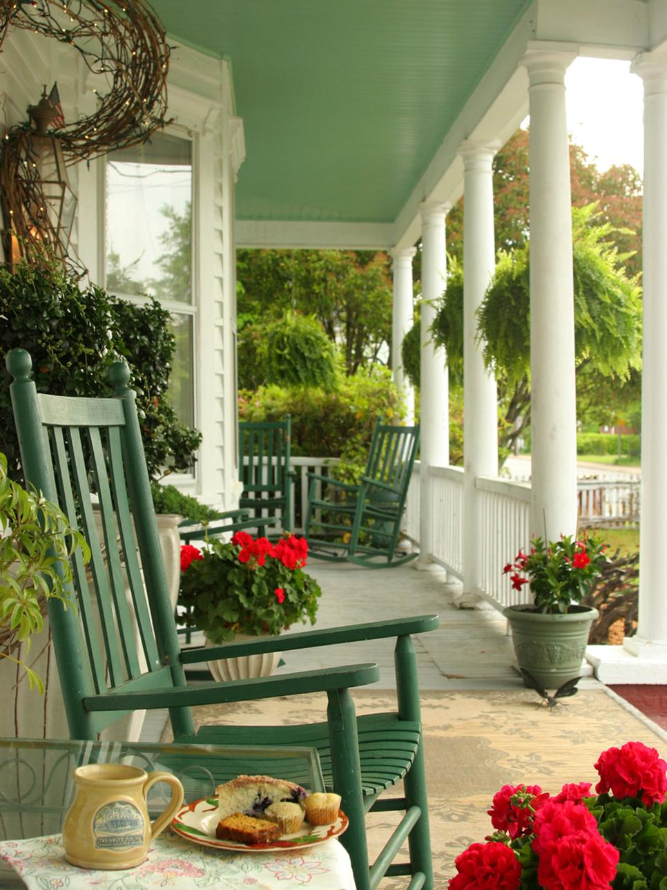 Front porch decorating ideas from around the country diy for Pictures of decorated small patios
