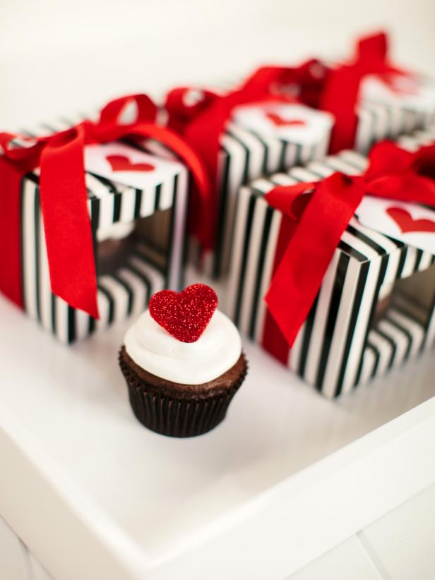 CI-Rennai-Hoefer_Valentine-cupcakes-in-boxes-red-heart_v