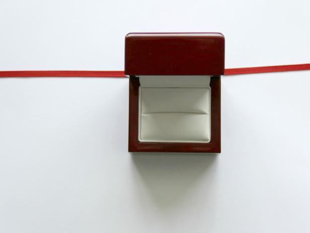 CI-Jess-Abbott_Christmas-ornament-engagement-ring-box-step4_h