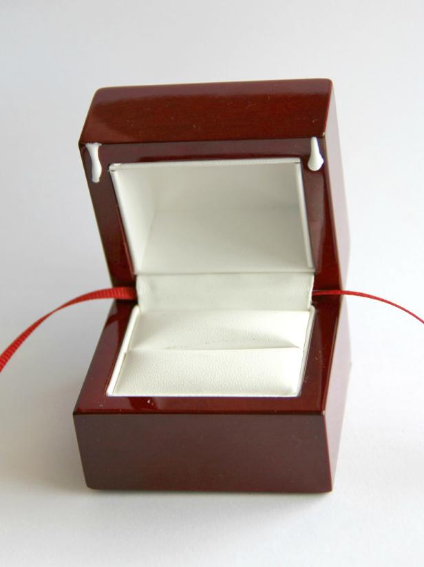 CI-Jess-Abbott_Christmas-ornament-engagement-ring-box-step6_h