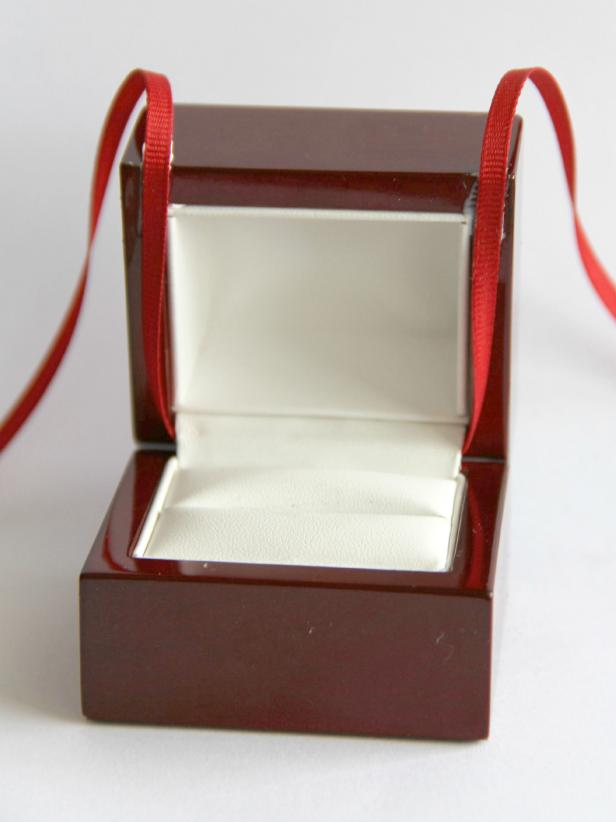 CI-Jess-Abbott_Christmas-ornament-engagement-ring-box-step7_h