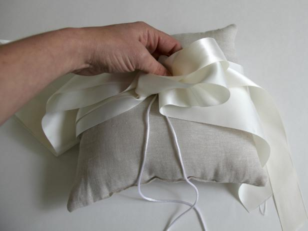 CI-Jess-Abbott_wedding-ring-bearer-pillow-make-first-loop11_h