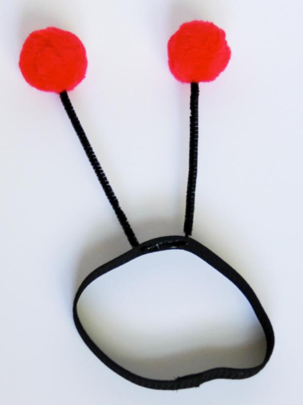 CI-Carla-Wiking_Halloween-Dog-lady-bug-costume-assemble-antennae-step8_v