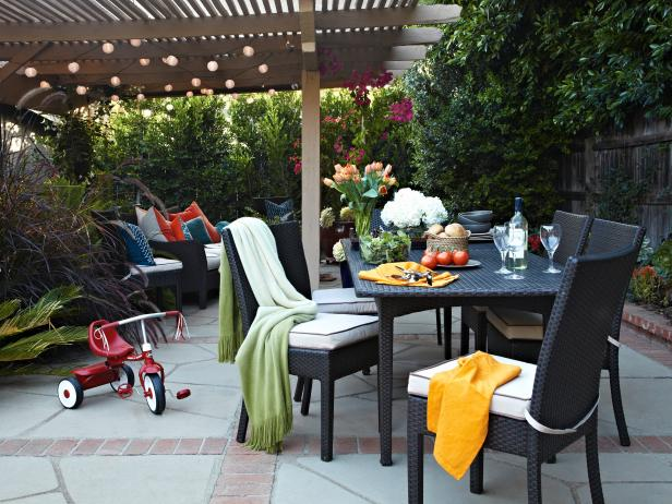 Family-Friendly Contemporary Patio With Outdoor Dining Area