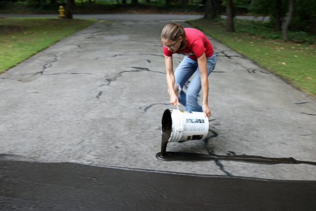 How to fix cracks in a driveway and apply a coat of sealant how step 5 solutioingenieria